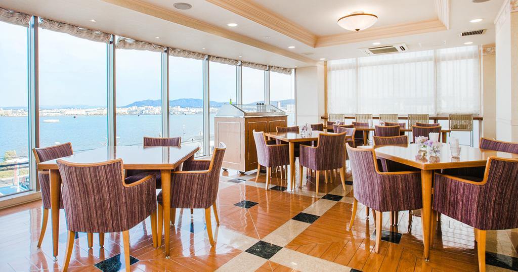 琵琶湖が見渡せる食事スペース